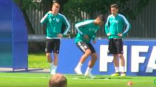 【ドリブルの足さばきのスピードを養おう!】ワールドカップ・ドイツ代表トレーニングの写真
