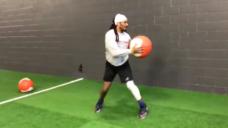 【ボールを受ける前の予備動作の質を養おう!】軸を意識したHip Flipsトレーニングの写真