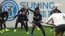 【ボールの奪い合いの強さを養おう!】腰からパワフルな動き出しを意識したトレーニングの写真