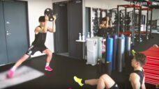 【体の軸を意識して運動パフォーマンスを高める!】原口選手実践!フローインを使ったサイドランンジ解説の写真
